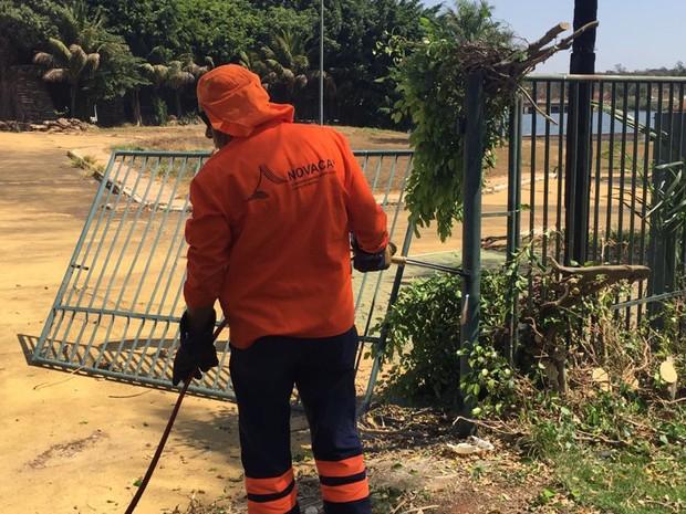 Funcionário da Novacap remove grade que circunda casa do ex-senador Valmir Amaral (Foto: Agefis/Divulgação)