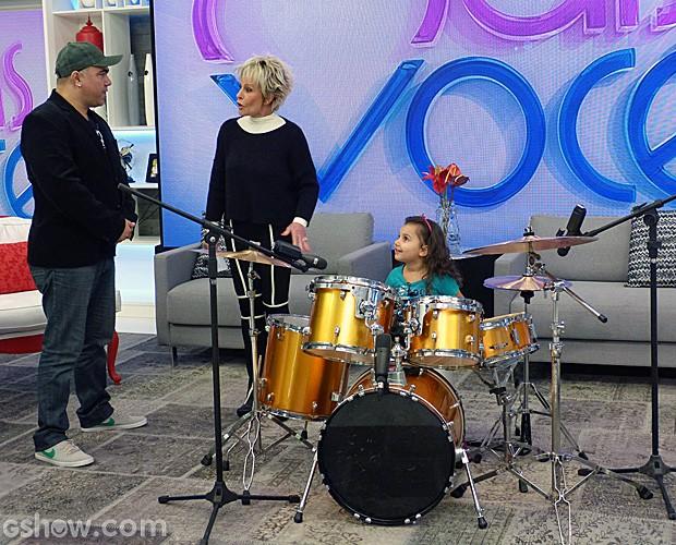 Aos quatro anos, Duda arrasa tocando bateria (Foto: Mais Você/TV Globo)