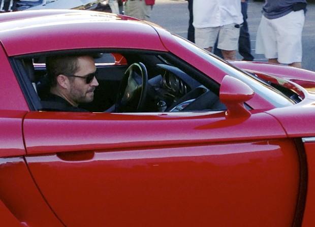 Fotografia feita no dia 30 de novembro e divulgada pela Agência Estado mostra o ator Paul Walker no banco de passageiro do Porsche dirigido pelo seu colega Roger Roads momentos anates do acidente fatal que vitimou os dois ocupantes do carro. (Foto: Wenn/Frame/Estadão Conteúdo)
