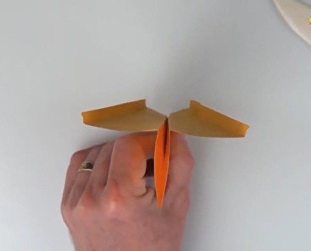 Aprenda a fazer um avião de papel com John Collins (Foto: Caldeirão do Huck/TV Globo)