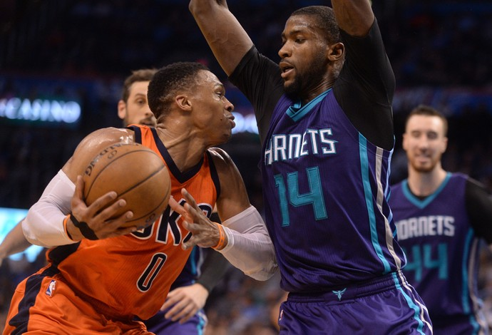 Russell Westbrook, do Thunder, tenta passar pela marcação de Michael Kidd-Gilchrist, do Charlotte Hornets (Foto: Reuters/ark D. Smith-USA TODAY Sports)