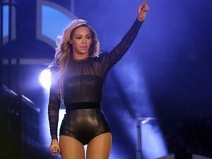 Beyoncé se apresenta no festival 'The Sound of Change' no estádio Twickenham, em Londres, neste sábado (1º). O show faz parte de uma campanha em defesa da mulher organizada pela Chime for Change, fundada por Salma Hayek, Frida Giannini e Beyoncé. (Foto: REUTERS/Neil Hall)