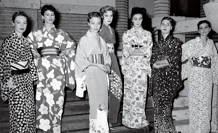 Victoire (a segunda a partir da esquerda) na primeira viagem a Tóquio, no Japão, para apresentar a coleção da Dior, em novembro de 1953 (Foto: Mark Shaw e Divulgação)