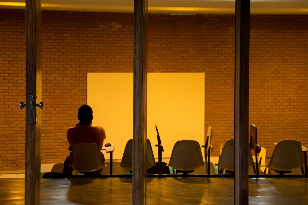 Estudante sentado em anfiteatro da UnB (Foto: Beatriz Ferraz/Secom UnB)
