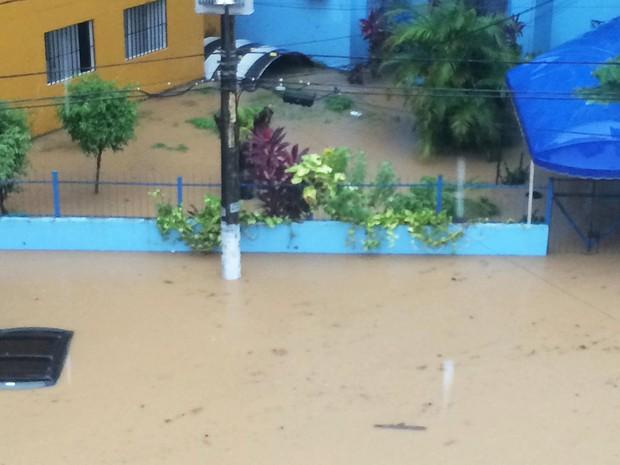 Água alcança teto de carro estacionado em condomínio no Imbuí, em Salvador. (Foto: Yasmin Pastor/VC no G1)