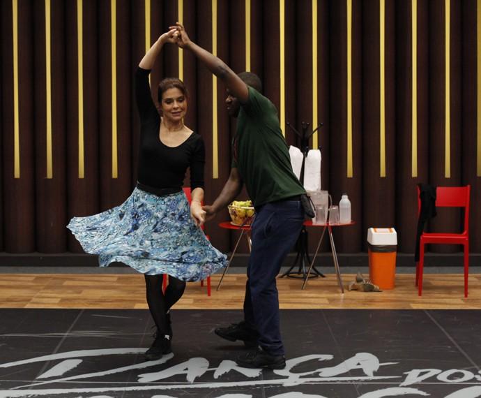 Françoise Forton com o professor Patrick Carvalho (Foto: Artur Meninea/Gshow)