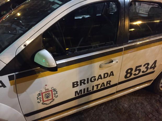 Carro da Brigada Militar com marca de tiro após confronto em Porto Alegre (Foto: Reprodução/RBS TV)