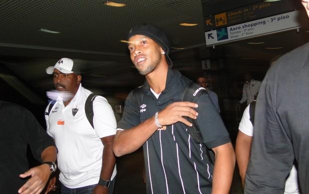 ronaldinho chega a porto alegre aeroporto salgado filho atlético-mg grêmio (Foto: Fernando Martins/Globoesporte.com)