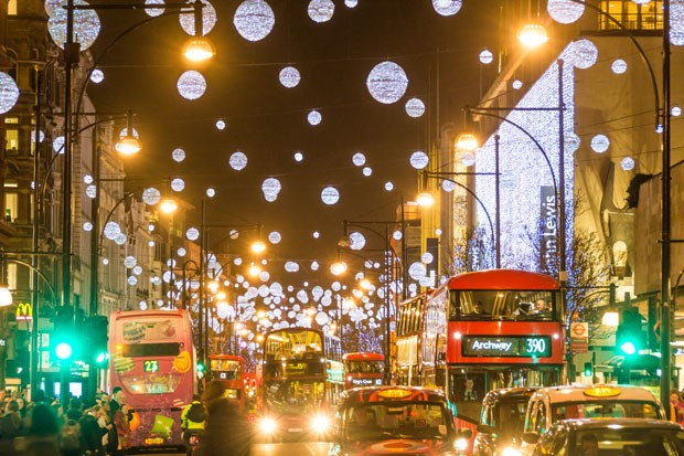 A busy Oxford Street, December 2014. There is lots of motion in the evenings on Oxford Street. (Foto: Getty Images/iStockphoto)