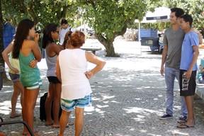 Gabriel Falcão posa com fãs (Foto: Gil Rodrigues / EGO)
