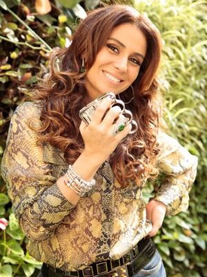 Giovanna comemora sucesso do acessório (Foto: Salve Jorge/TV Globo)