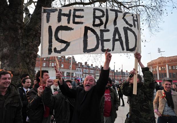 Pessoas se reúnem para celebrar a morte de Tatcher (Foto: Carl Court/AFP)