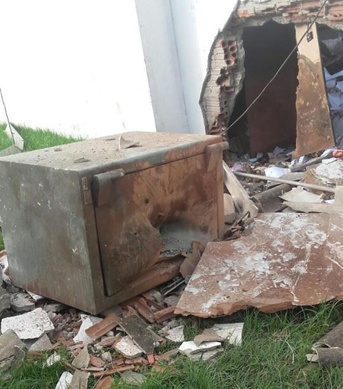Policiais encontraram o cofre da agência bancária do lado de fora do prédio  (Foto: Divulgação/PM)