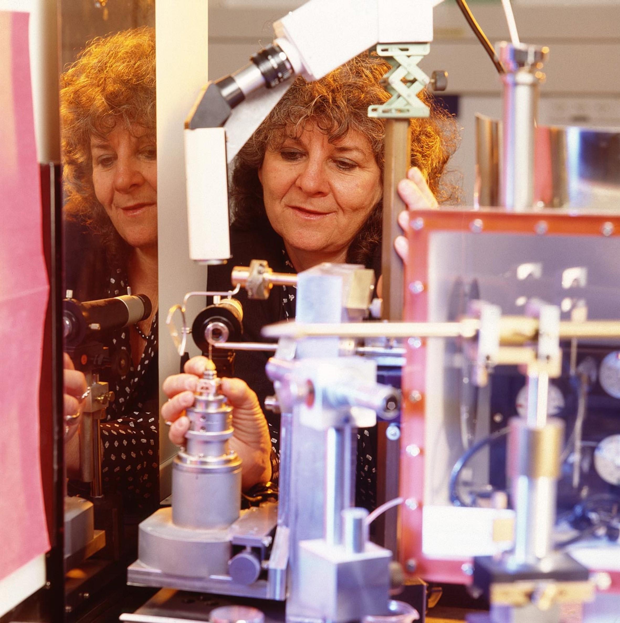Ada Yonath em laboratório em Israel (Foto: Miki Koren/Weizmann Institute of Science/Wikimedia Commons)