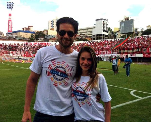 Sérgio Marone e Monique Alfradique no gramado antes do Gre-Nal (Foto: Domingão do Faustão / TV Globo)
