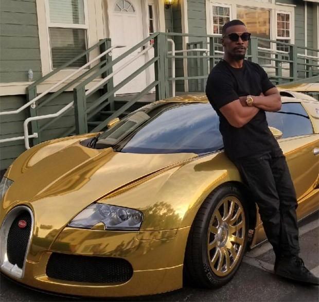 Jamie Foxx com Bugatti dourado de 2 milhões de dólares (Foto: Reprodução/Twitter)