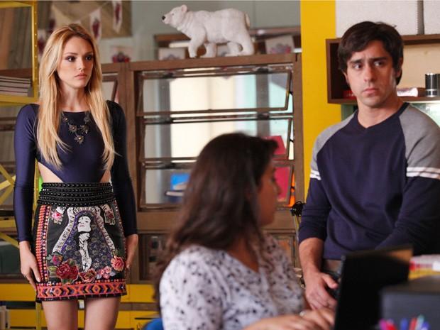 Ernesto conta para Megan que Davi foi para Curitiba (Foto: Raphael Dias/TV Globo)