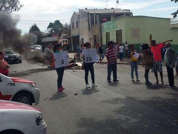 Moradores protestaram e pediram Justiça pelo suposto crime  (Foto: Divulgação/ Polícia Militar)