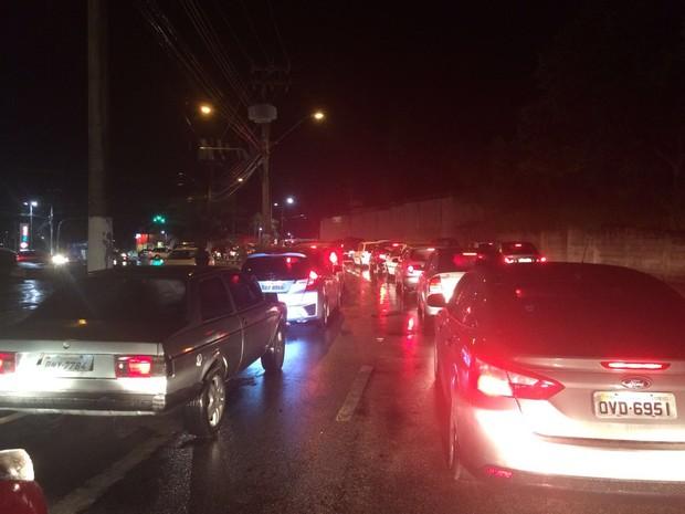 Motoristas reclamam de congestionamento em Estrada da Boiada, em Vinhedo (Foto: Duilio Fabbri Jr.)