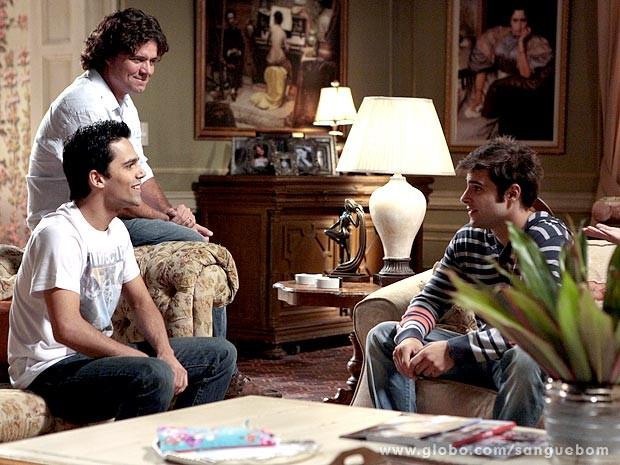 Os dois tem uma conversa na frente de Perácio (Foto: Sangue Bom / TV Globo)