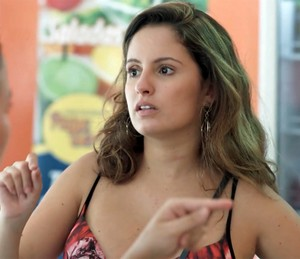 Nanda pensa no mistério de Uood (Foto: TV Globo)
