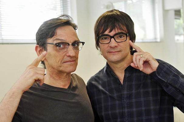 Momento 'eu uso óculos' fica com eles, Paulo Miklos, do Titãs, e Samuel Rosa, do Skank (Foto: Reinaldo Marques/Rede Globo)