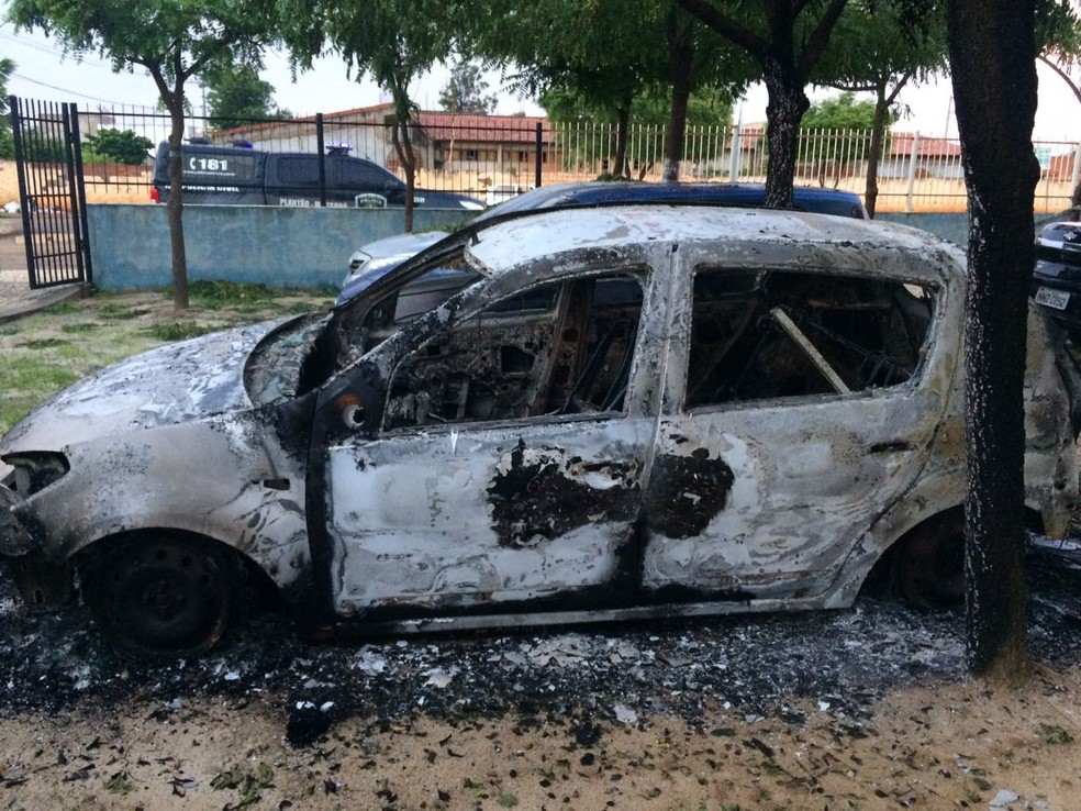 Fogo destruiu dois carros no pátio da Delegacia de Polícia Civil de Baraúna (Foto: Divulgação / PM)