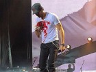 Enrique Iglesias passará por cirurgia reconstrutiva na mão após acidente