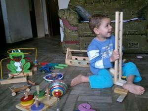 O pequeno Antônio, de 3 anos, se diverte com os brinquedos de madeira (Foto: Wanessa Máximo/Arquivo pessoal)