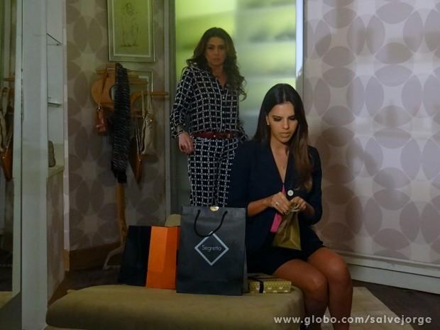 Drika descobre as sacolas fechadas de Helô (Foto: Salve Jorge/TV Globo)