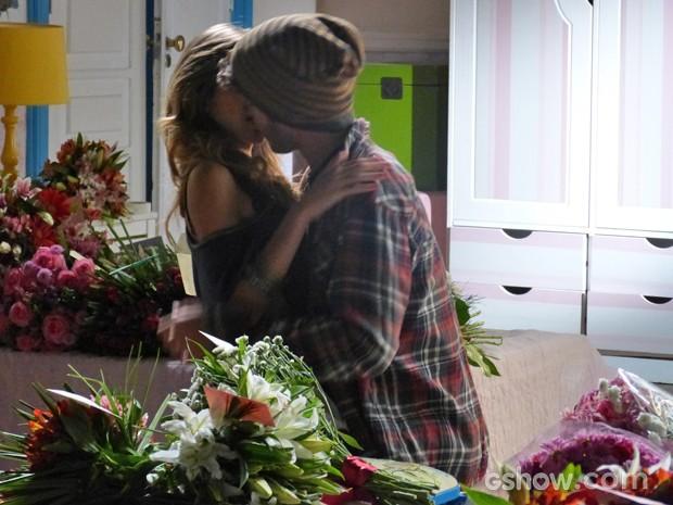 Sofia não resiste e beija Sidney (Foto: Malhação / TV Globo)