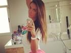 Nicole Bahls dá empinadinha para foto em frente ao espelho