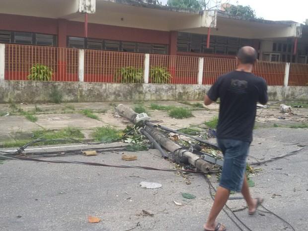Um poste caiu com o vento forte. (Foto: Douglas Medeiros/Arquivo Pessoal)