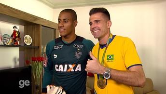 O Santo e o ouro: Victor visita casa de Lucarelli, e jogadores trocam camisas