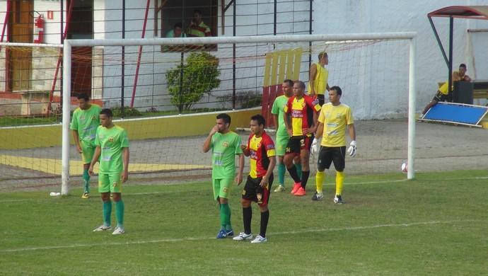 Aloísio Chulapa recebe forte marcação dos jogadores do União Palmeirense (Foto: Denison Roma/GloboEsporte.com)