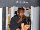 Kim Kardashian usa vestido decotado para jantar com Kanye West