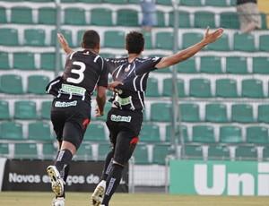 Maylson e Thiego celebram o primeiro gol do triunfo sobre a Chapecoense (Foto: Luiz Henrique / Figueirense FC)