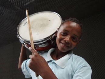 Edmilson tenta superar dificuldades com a música (Foto: Luna Markman/G1)