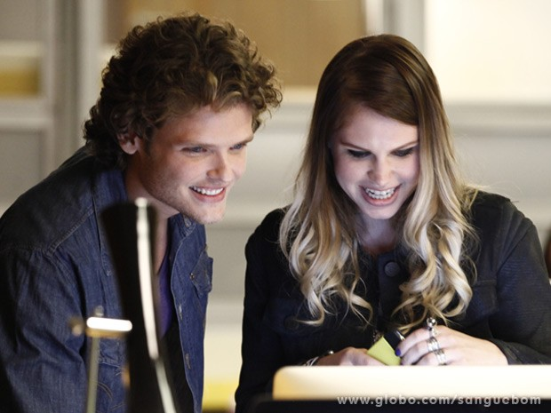 Júlia posta o vídeo e espera que seja sucesso na web (Foto: Sangue Bom/TV Globo)