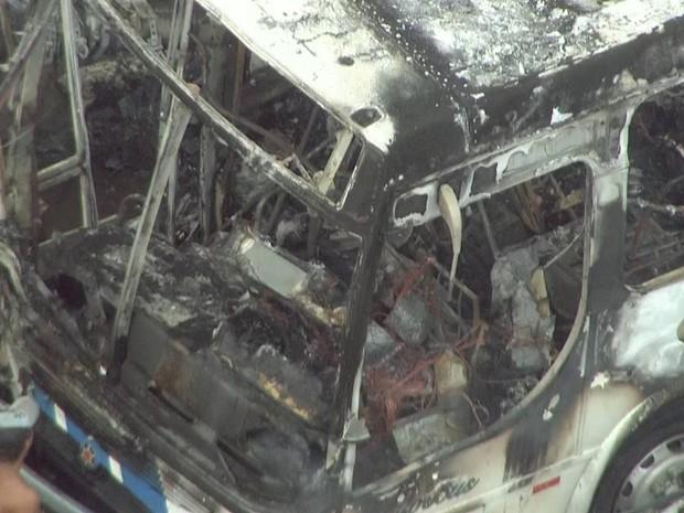 Pelo menos cinco pessoas morreram e cinco ficaram feridas após ônibus colidir com poste e pegar fogo (Foto: Reprodução/TV Globo)