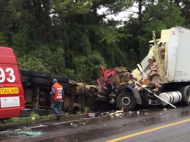 Frente dos veículos ficaram destruídas (Foto: PRF/Divulgação)
