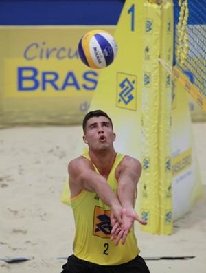 Saymon atuando na etapa de Niterói do Circuito Brasileiro de Vôlei de Praia (Foto: Matheus Vidal / CBV)