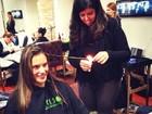 Alessandra Ambrósio e Sophia Abrahão fazem velaterapia no cabelo