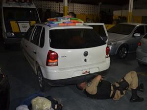 Após perceberem atitude suspeita dos ocupantes do veículos, policiais resolveram verificar o interior do veículo (Foto: Walter Paparazzo/G1)