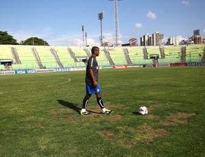 Fernando tentou se acostumar com condições de gramado em treino (Foto: Lucas Uebel/ Grêmio FBPA)