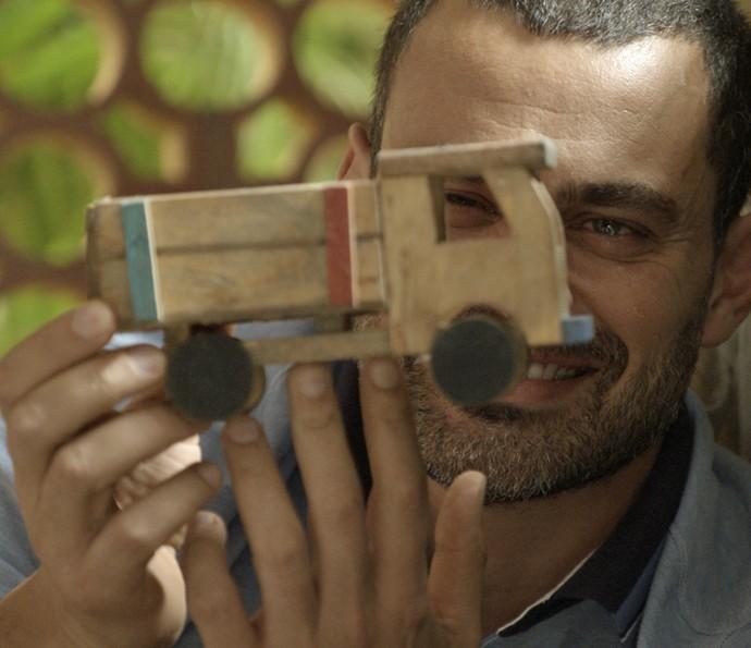 César fica deslumbrado com suas lembranças (Foto: TV Globo)