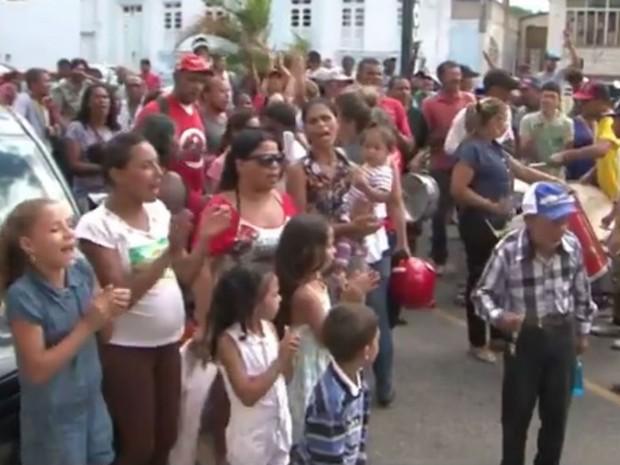Famílias realizaram manifestação em frente á prefeitura (Foto: Reprodução/TV Sudoeste)