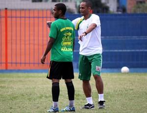 Edson Souza, novo técnico do Nova Iguaçu, ao lado de Dieguinho (Foto: Bernardo Gleizer/ASCOM NIFC)