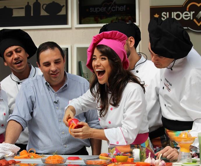 Miá comemora a facilidade de cortar uma cenoura  (Foto: Carolina Morgado/Gshow)