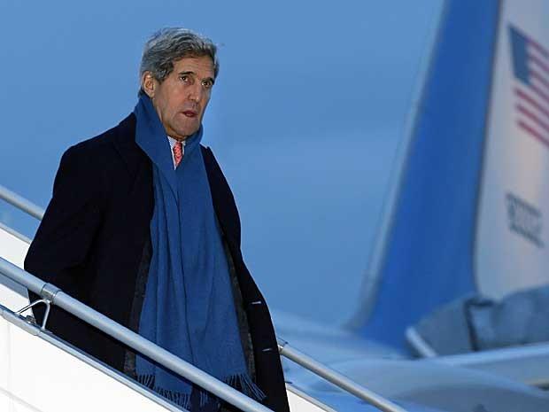 O Secretário de Estado dos Estados Unidos, John Kerry, desembarcou neste sábado (23) no Aeroporto Internacional de Genebra, na Suíça, para tentar concluir acordo com Irã. (Foto: Denis Balibouse / Pool / AFP Photo)